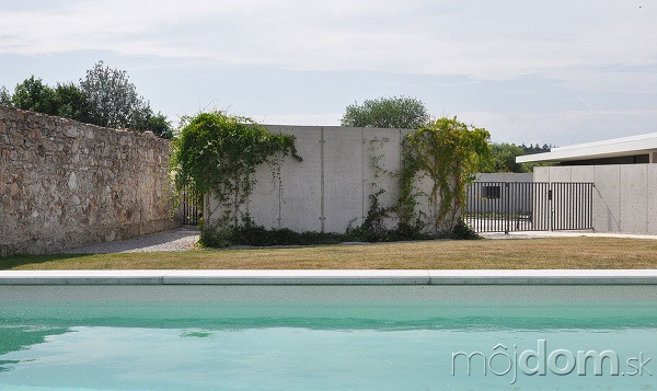 Asymetrický dom rozdelil záhradu