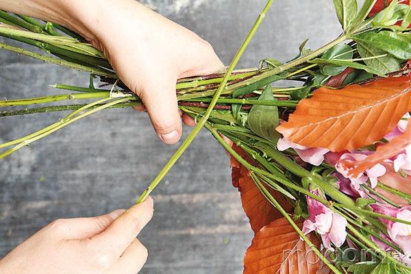 Začnite s vytváraním kytice.