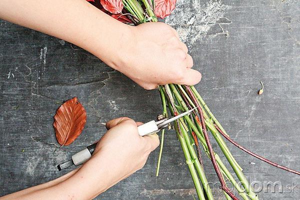 Zviazanú kyticu zastrihnite záhradníckymi