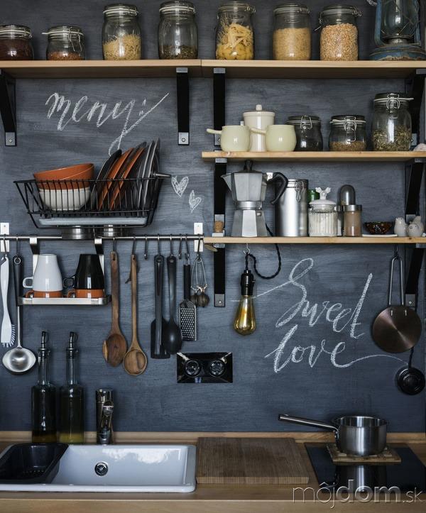 Otvorený regál v kuchyni