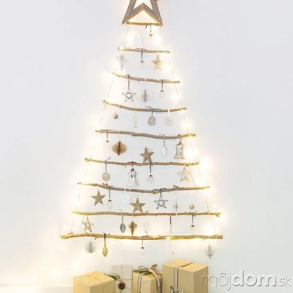 Stromček vyrobený zbrezových konárov