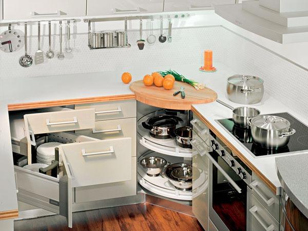 """Úložné systémy sprehľadnia a """"upracú"""" v rodinnej kuchyni"""