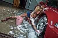 Sexi dievčatá vedia tiež umývať auto