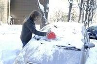 Sneh a ľad sa podarí dostať z auta niekedy aj netradičnými nástrojmi
