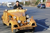 Tesár Liu Fulong si postavil už tretie drevené auto