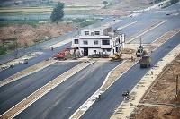 Ako v Číne stavajú cesty - dom uprostred