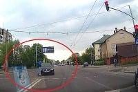 Ísť na červenú, ignorovať chodcov na prechode a takmer ich zraziť... to už bolo priveľa.