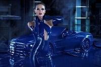 Natasha Poly a Mercedes SL v latexe