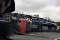 Kamión vysypal športové autá