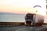 Paraglider na lane za kamiónom Volvo