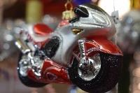 Vianočná guľa v tvare motorky