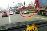 Vopchal sa pred nákladiak