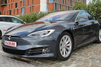 Tesla S prešla 900 km
