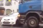 Toyota Aygo tlačená kamiónom