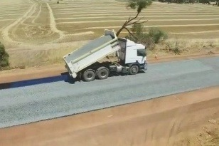 Stavba cesty v Austrálii