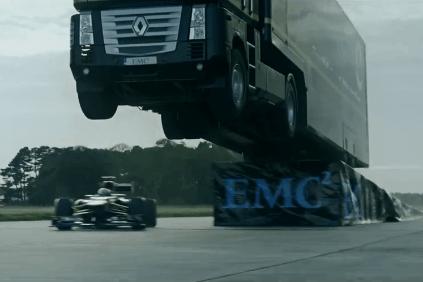 Kamión preletel cez formulu ako nič! To je Falco, Chuck Norris a Van Damme dokopy