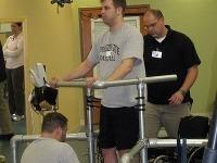 Rob tvrdo trénuje, vďaka čomu sa opäť dokáže postaviť na nohy