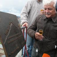 Herec a režisér Cimrmana Ladislav Smoljak odhalil na Lomnickom štíte pamätnú tabuľku Járu Cimrmana.