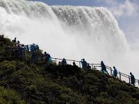 Výhľad turistov na Niagarské vodopády.