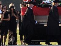 Manželka Majka prišla v čiernych šatách, ktoré boli v spodnej časti ozdobené strieborným srdiečkom