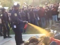 Policajt stieka študentom priamo do tváre paprikový sprej