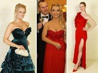 Adriana Komotríková a Martina Šimkovičová zvolili sexi dekolty, Adela Banášová dráždivo vysoký rozparok.