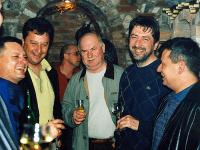 Poslanec SDKÚ Kubovič (prvý sprava) s členmi takáčovov. Zavraždený Surovčík (prvý zľava) a Ľubomír K. (druhý sprava).