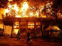 Plamene zachvátili viaceré budovy
