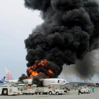 Lietadlo spoločnosti China Airlines zachvátili na letisku v Okinawe plamene.