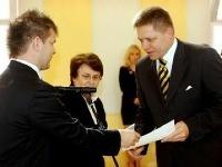 Predseda ÚVK Péter Nyilfa (vľavo) odovzdáva osvedčenie poslancovi NR SR Robertovi Ficovi