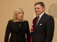 Bývalá premiérka Iveta Radičová a súčasný premiér Robert Fico počas odovzdávania úradu predsedu vlády SR