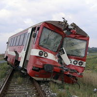 Vozeň narazil do zadnej časti nákladiaka, pri náraze odtrhlo náves a vlak sa vykoľajil.