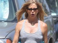 Goldie Hawn bez podprsenky ponúkla výhľad na ovisnuté prednosti aj s bradavkami.