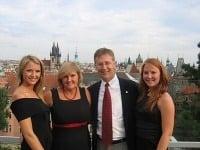 Aimee (naľavo) spolu s rodičmi a sestrou na výlete v Prahe