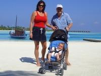 Michal David s manželkou a s vnukom na Maledivách