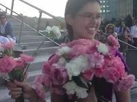 Terese podávali kvety úplne neznámi ľudia