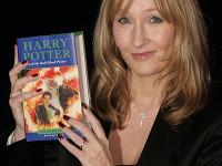 J.K. Rowling pózuje so svojou knihou.