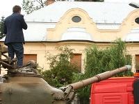 Hlina namieril hlaveň tanku na Biľakovu vilu.