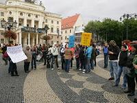 Pochod učiteľov na Hviezdoslavovom námestí za účasti len pár desiatok ľudí.