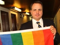 Poslanec Juraj Droba v parlamente rozvinul dúhovú vlajku