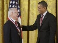 Americký prezident Barack Obama odovzdáva slovenskému rodákovi Jánovi Vilčekovi najvyššie americké ocenenie za vedu a technológiu