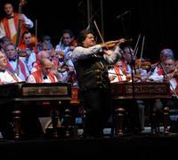 Stočlenný maďarský orchester rozospieval celú halu.