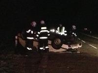 Auto sa po náraze prevrátilo na strechu