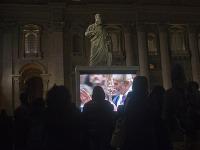 Vditeľne unavený pápež oblečený vo fialovom rúchu pomazal popolom čelá vybraným veriacim