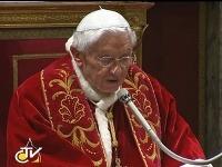 Benedikt XVI. pri rozlúčke s kardinálmi.