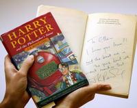 Knihu Harry Potter a kameň mudrcov, ktorú publikovali v roku 1997, vydražil aukčný dom Christie's aj s autorkiným podpisom.