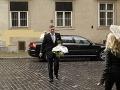 Fico prišiel bez manželky, priviezla ho limuzína so šoférom