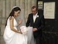 Otec Tibor pomáha krátko pred obradom dcére so šatami
