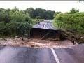 Voda strhla most medzi Častou a Dubovou (foto: Pavol Frešo, BSK)