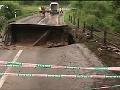 Most medzi Častou a Dubovou strhla voda.